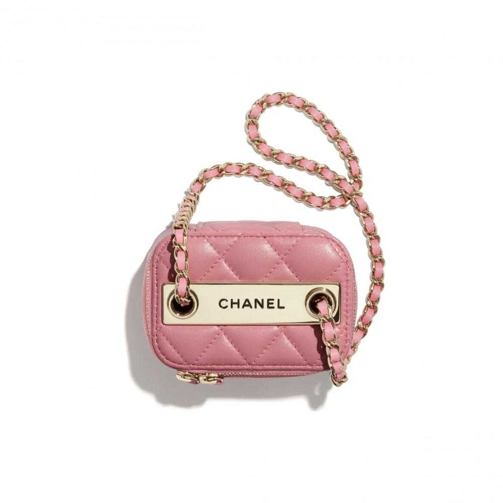 """新款袋頂加上了""""CHANEL""""金屬字樣。"""