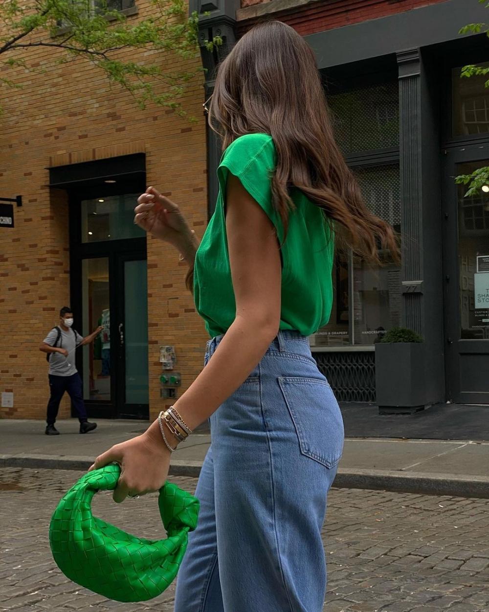 一起迎接燦爛陽光的夏日季節,翻完撞色的手袋時髦穿搭