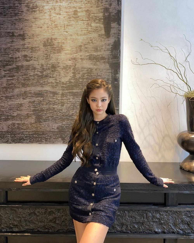 身穿海軍藍的連身裙,Jennie能可愛也能帥氣