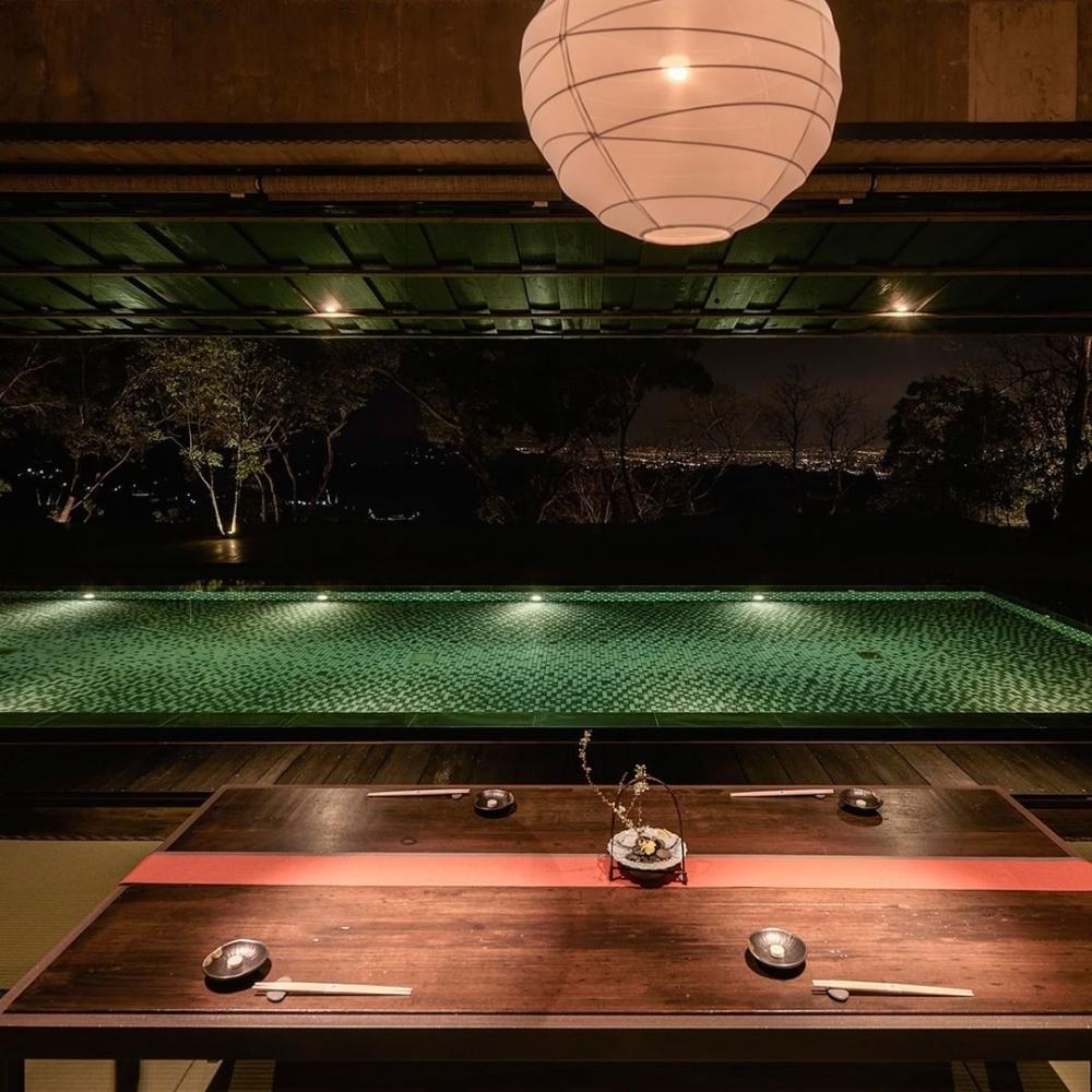 一樓圍繞著質樸的榻榻米,從落地窗透入的絲絲陽光將自然景致帶入座席