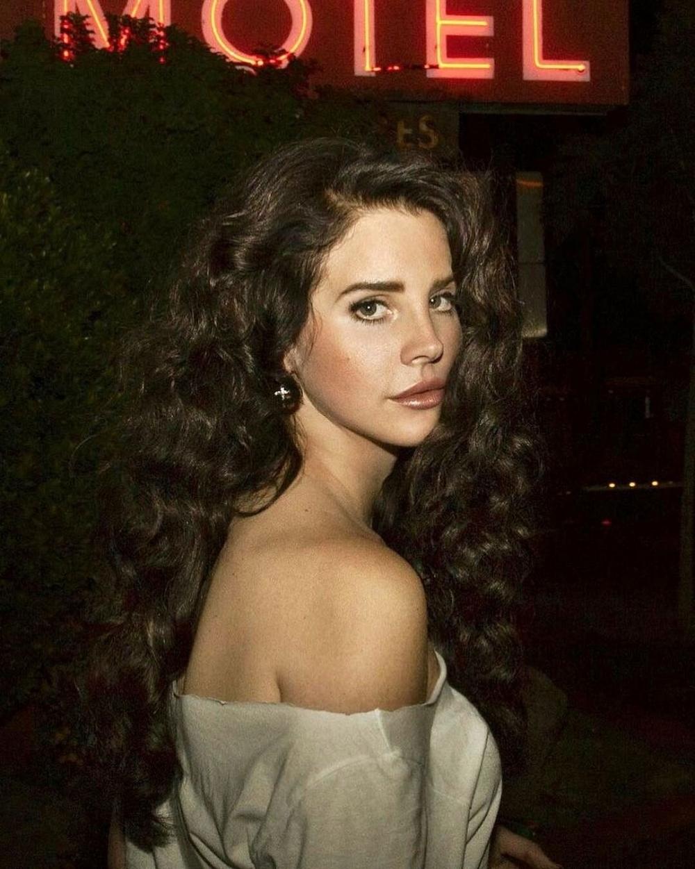 Lana Del Rey突然透過一部黑白影片,宣布自己將全面刪除社交媒體,打算更投入於自己的工作與其它興趣