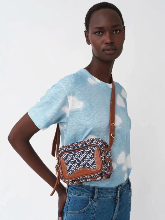 See by Chloé的這款Hana相機袋,採用交織See by Chloé字母提花面料和製成