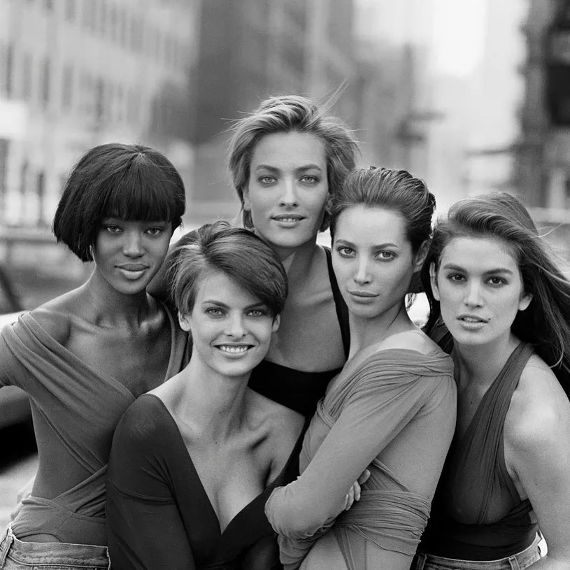 5位模特兒Linda Evangelista、Christy Turlington、Cindy Crawford、Naomi Campbell 和 Claudia Schiffer被稱為「超級名模」
