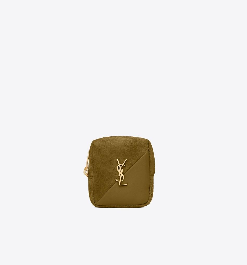 一同登場的還有這一款JAMIE立方體的小銀包,吸睛的絨面材質加上飽滿的輪廓。