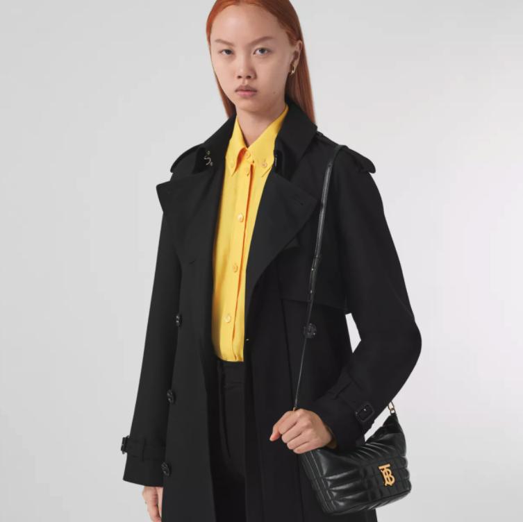 小巧的「腋下包」圓潤又舒適的設計是2020年最熱門的手袋款式
