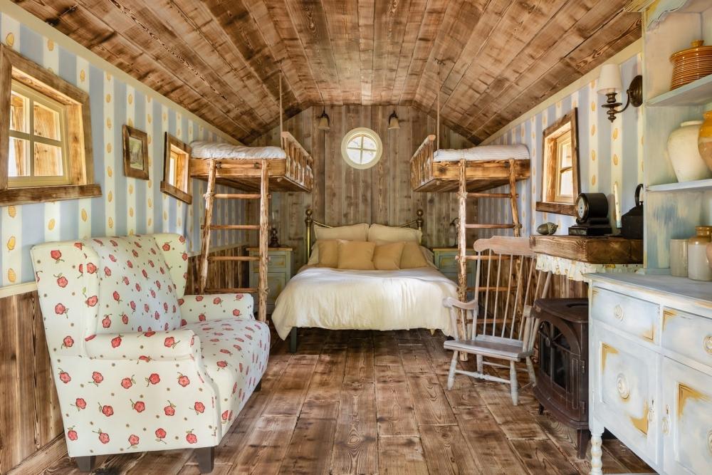 能容納四張床的樹屋,跟三五好友的最佳選擇