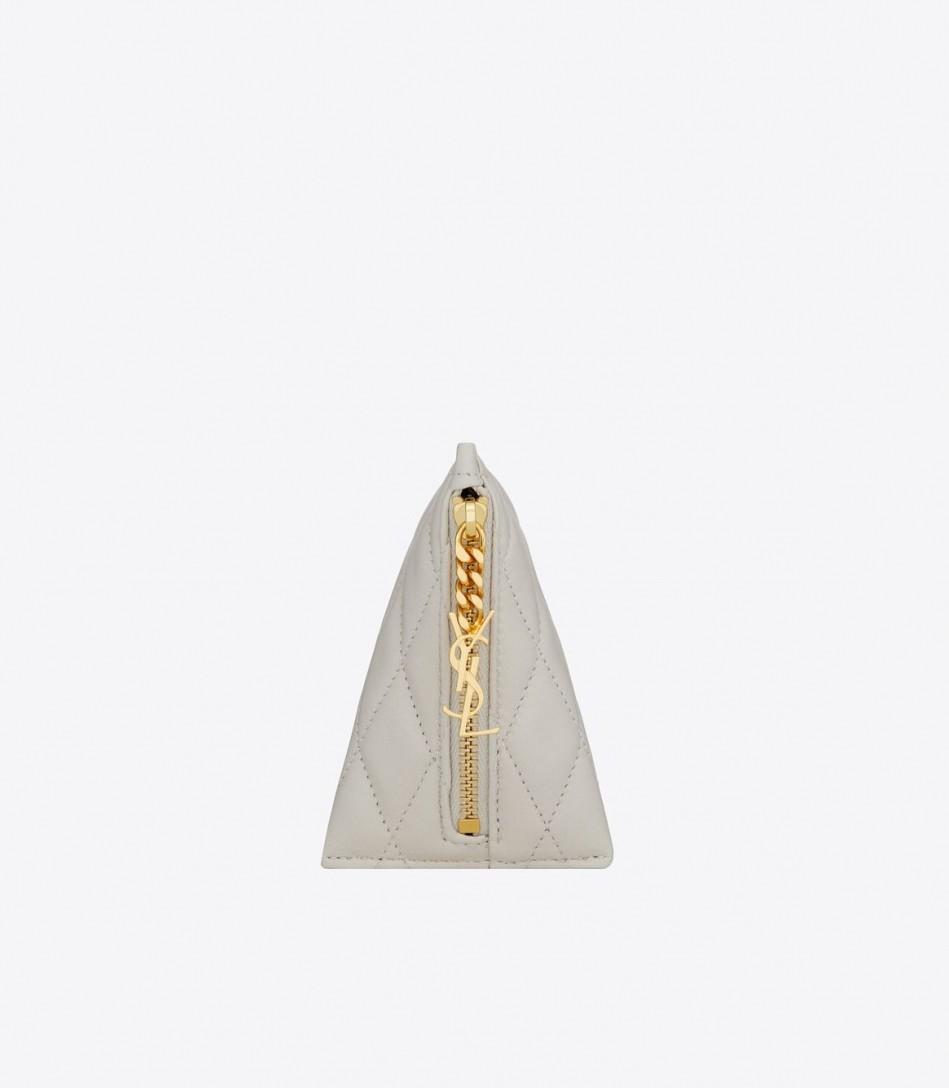 這一季新登場的立體絎縫小羊皮小號BERLINGO三角包。