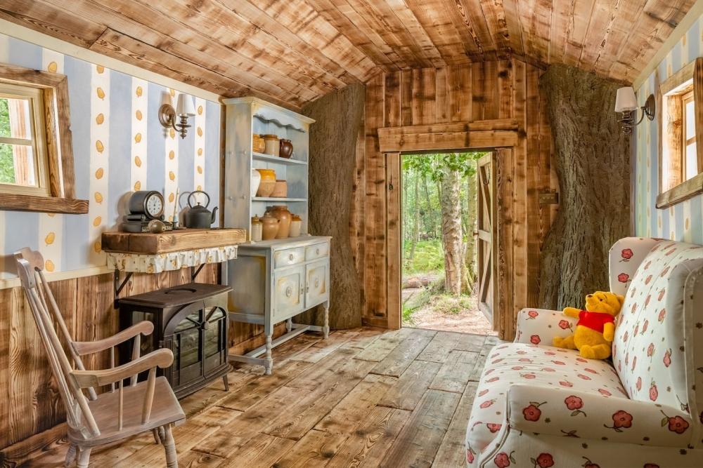 小熊維尼民宿的內部,有四張床一張沙發跟櫃子
