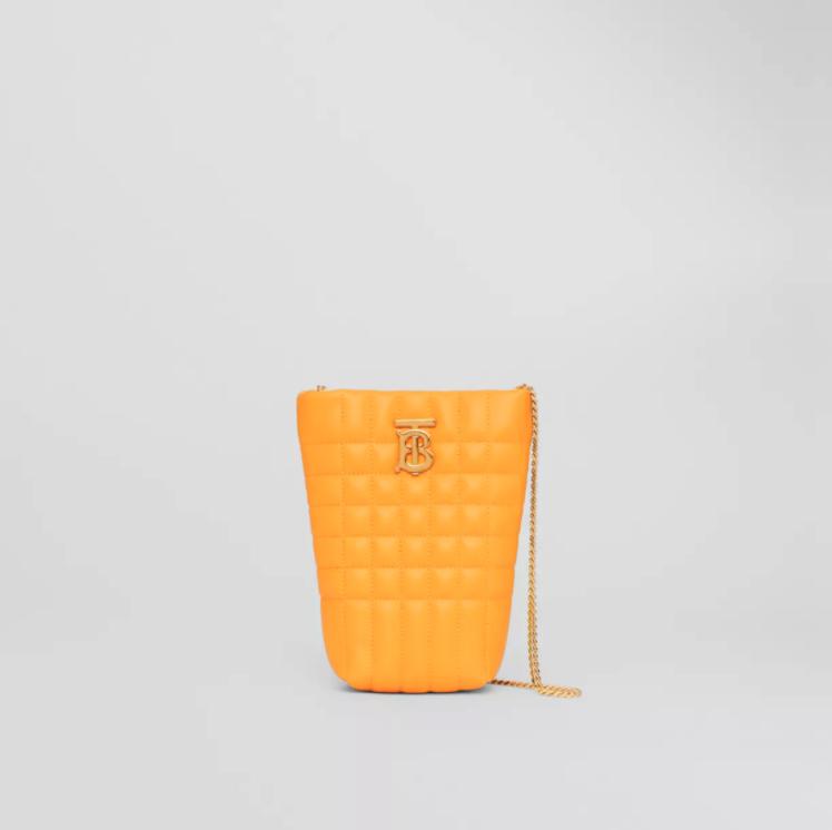 簡潔小水桶Phone Bag袋身上綴有金色的Thomas Burberry Monogram