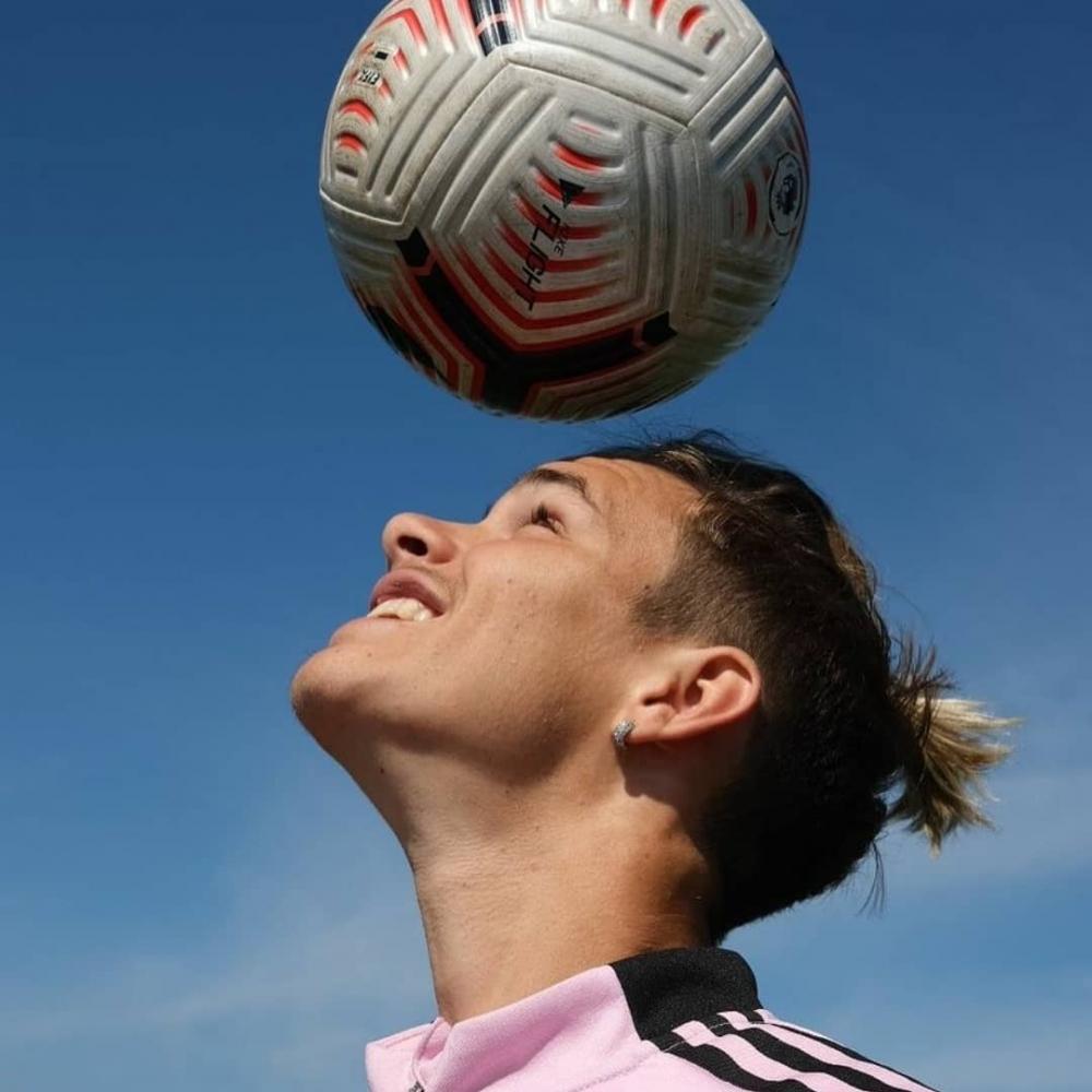 年僅19歲的二兒子Romeo Beckham(羅密歐碧咸)正式與在甲級聯賽排名第四的「勞德代爾堡足球俱樂部(Fort Lauderdale CF)」簽約