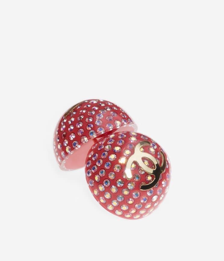 紅色的橢圓形耳環點綴,配上白色水晶和金屬「CC」Logo