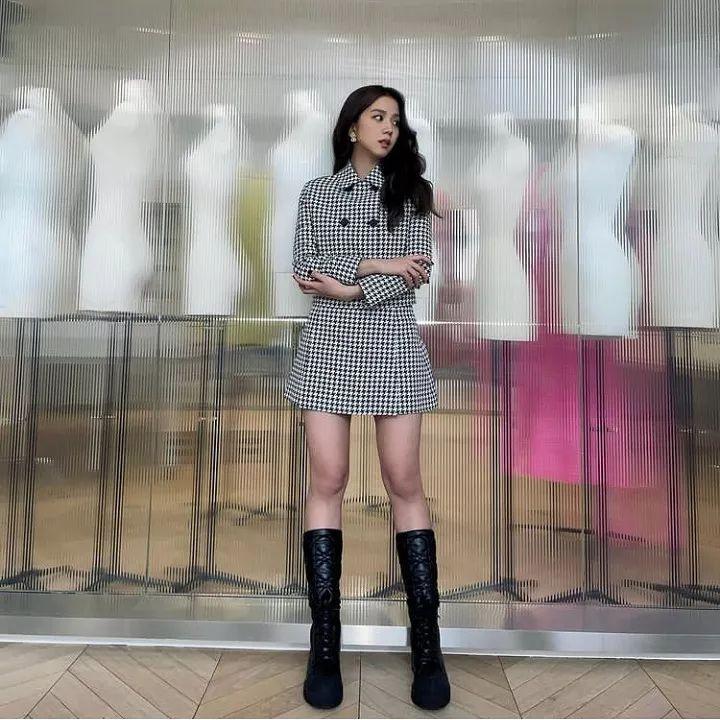 Jisoo在遊覽巴黎的數天分別穿上不同風格的衣服