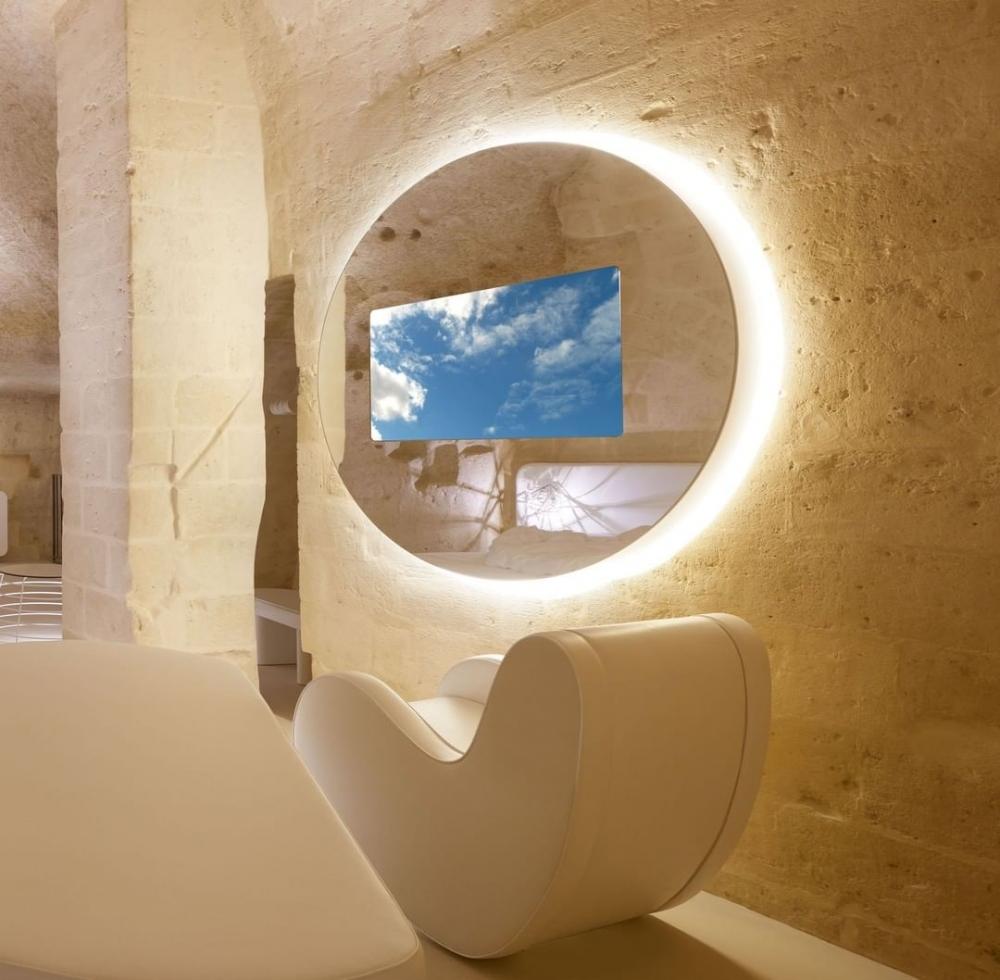 配搭簡潔時尚的白色流線家具,令灰暗的地窟活力起來。