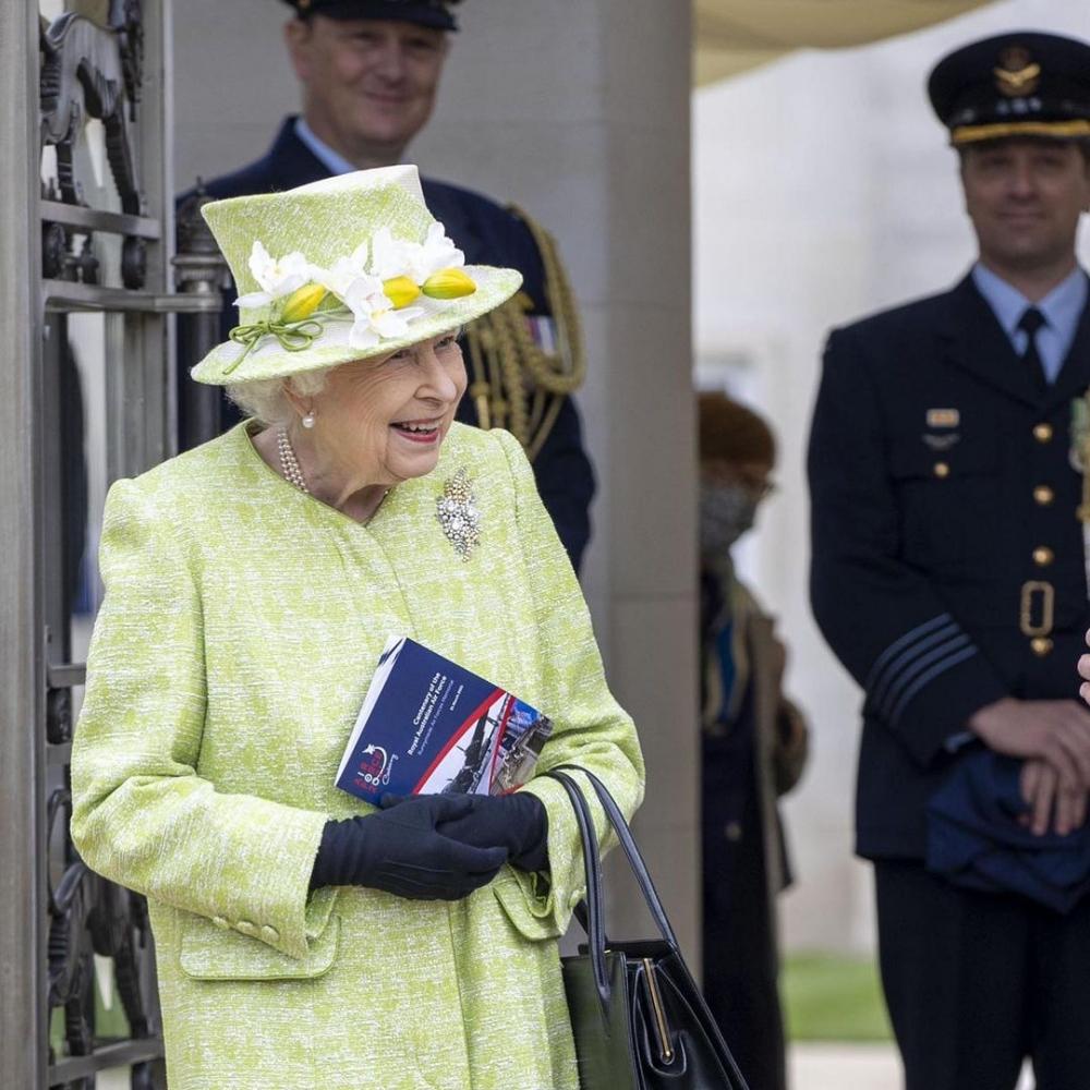 英女王手袋是她最重視的穿搭配件