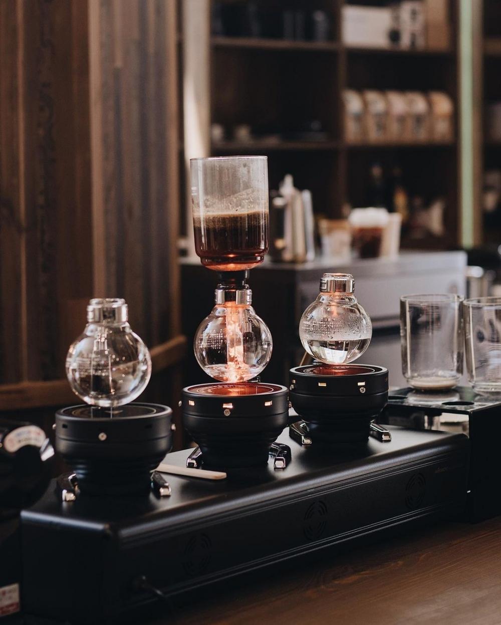 精緻的虹吸器具上,咖啡師優雅如在科學室中實驗著沖煮過程