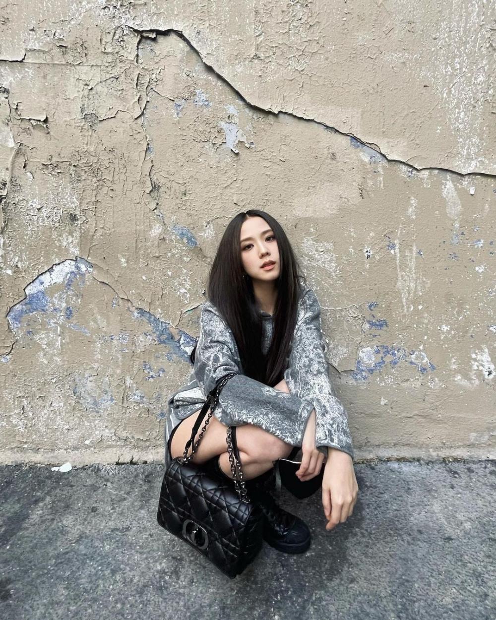 何黑色手袋款式「絎縫」元素都為整體帶來復古精緻氣息