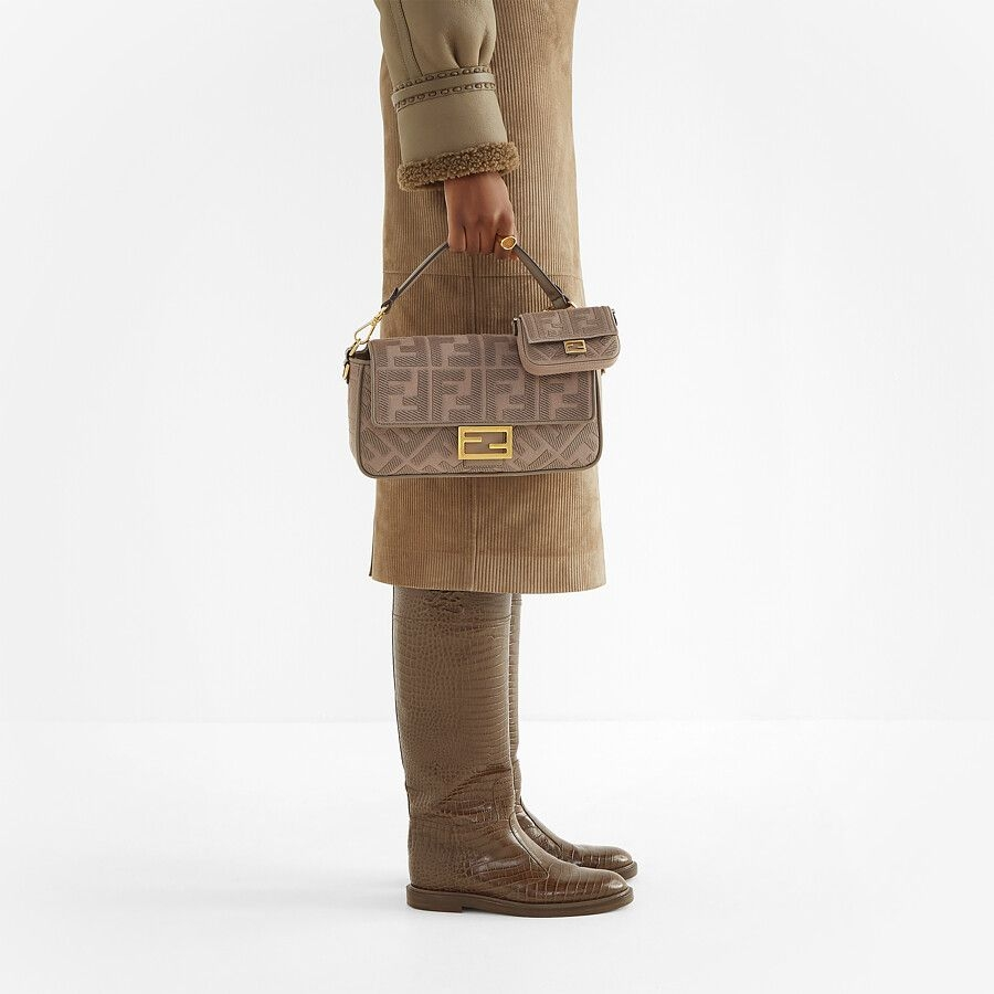 FENDI標誌性中號Baguette手袋飾有同色系刺繡的壓花「FF 」圖案