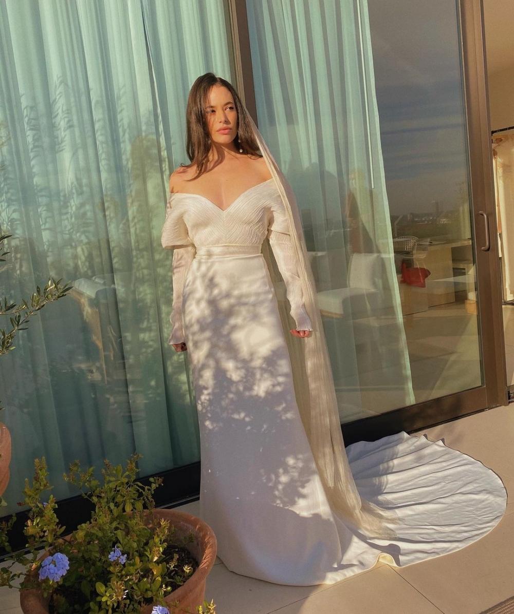 Chloe Bridges身穿白紗禮服,十分典雅