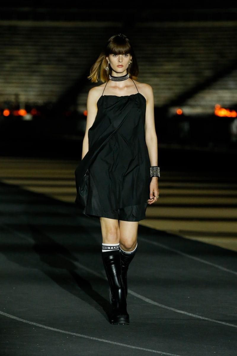 「及膝靴」可以說是在冬天最吸引的微性感穿搭之選