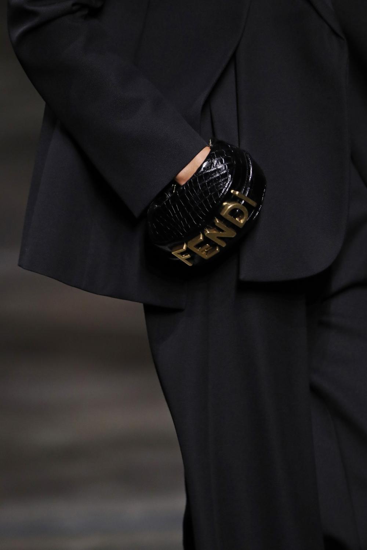 將FENDI經典手袋化作其天馬行空的畫布