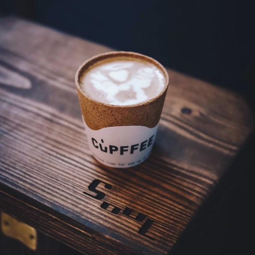 看完咖啡跟牛奶的交錯融合瞬間後,放在眼前的是一杯前所未見的Crispy Mocha
