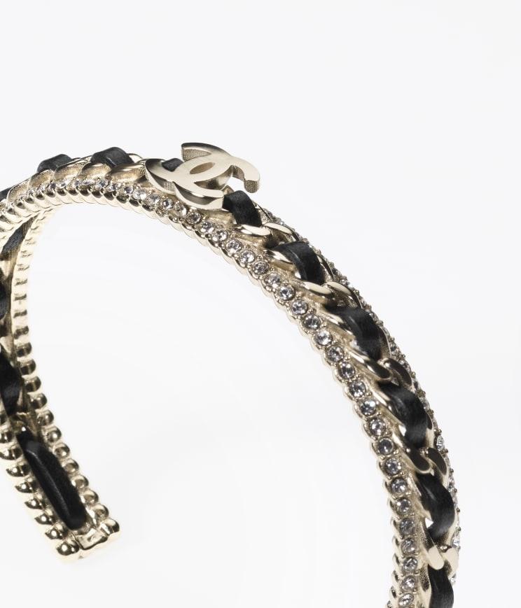 CHANEL手鐲型格皮革配上頂著光環的相互映照
