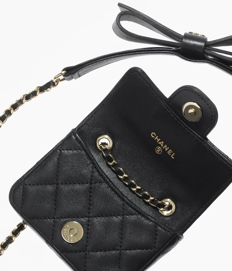 皮穿鏈子中綴上可愛的金屬小包吊飾,配上黑色菱格小牌袋