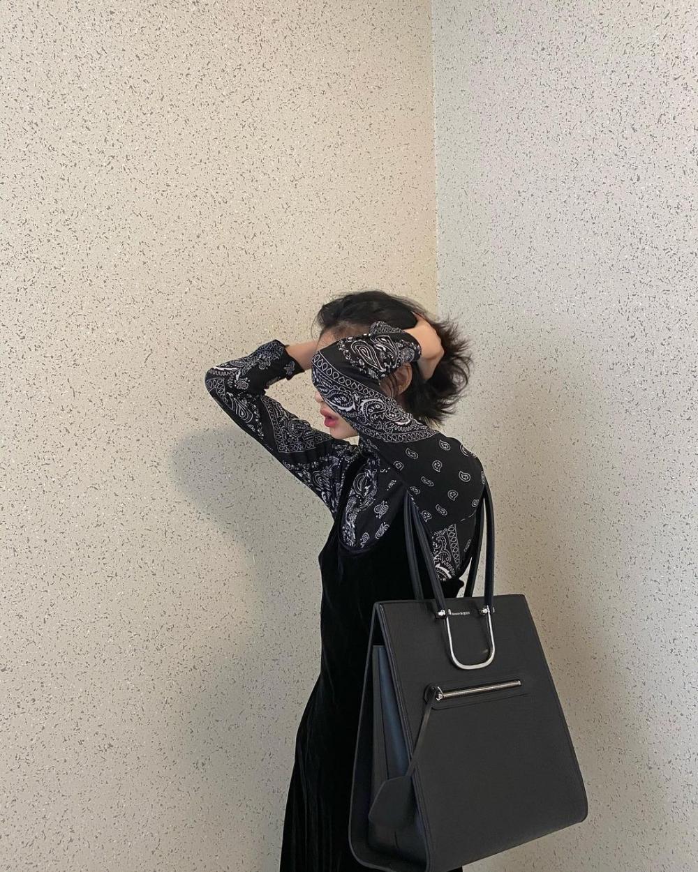在秋冬中,最常出現的黑色,她也穿出時髦的感覺