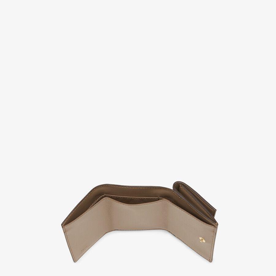 FENDI Trifoldi銀包以俐落輕便引來大家喜愛